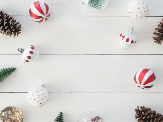 松ぼっくり、木のおもちゃ、ボール、フレームの背景のクリスマスの装飾のトップビュー