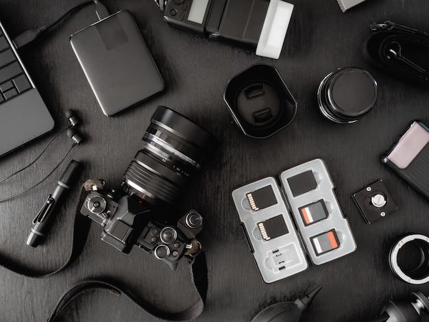 Вид сверху рабочего пространства фотографа и аксессуаров