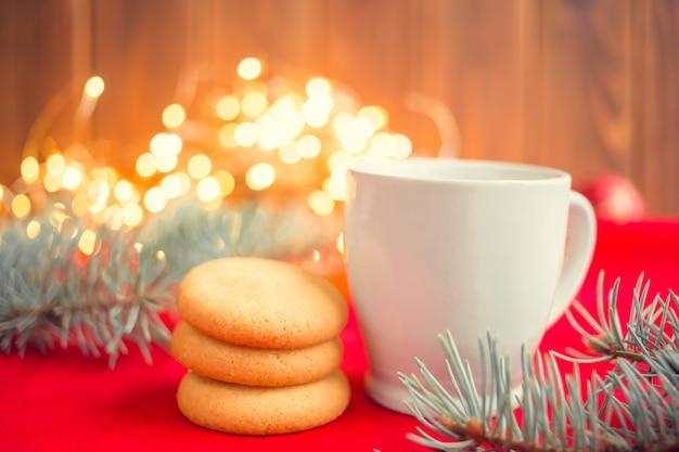 テーブルの上のサンタクロースのクッキー。新年の朝食