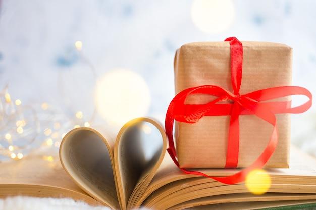 開いた本。本のページからの心。ラブストーリー