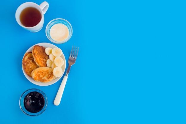 Блинчики с фруктами и чаем