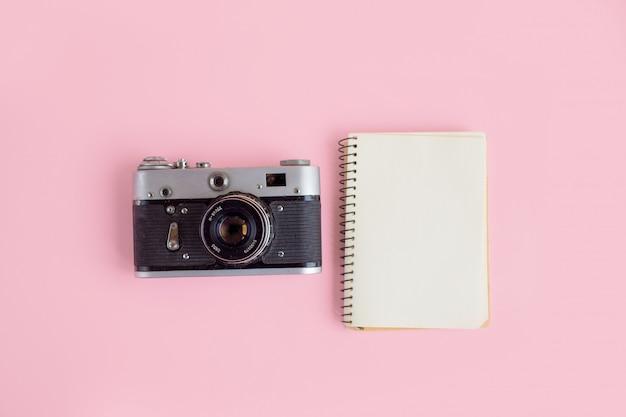 写真カメラとノートブックを備えたモダンなワークスペース