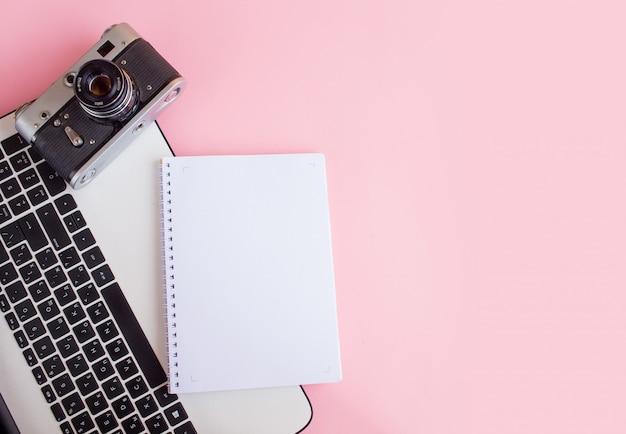 写真カメラ、ノートブック、ラップトップを備えたモダンなワークスペース