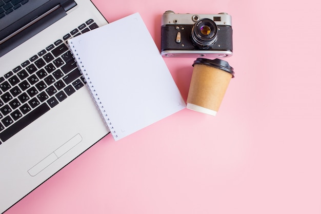 Современное рабочее пространство с фотоаппаратом, ноутбуком, ноутбуком и кофе