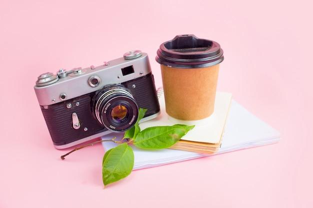 Современное рабочее пространство с фотоаппаратом, ноутбуком и кофе