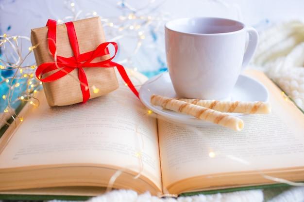 Чашка с чаем на светлом фоне и подарок на день святого валентина. романтический день матери. завтрак.