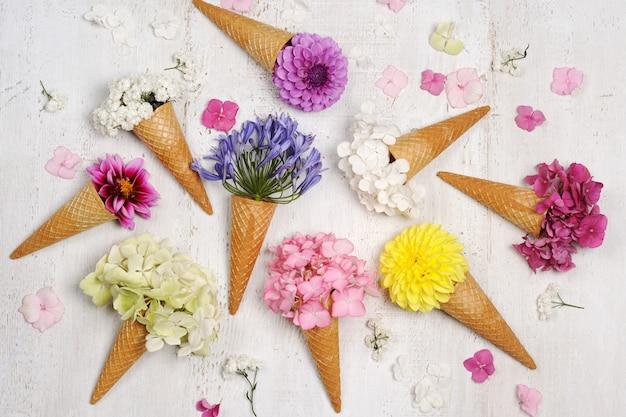 美しい花とアイスクリームコーン