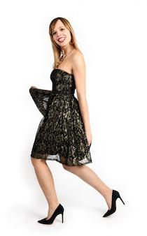 Счастливая милая девушка в элегантном платье