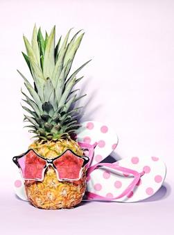 Модный смешной ананас