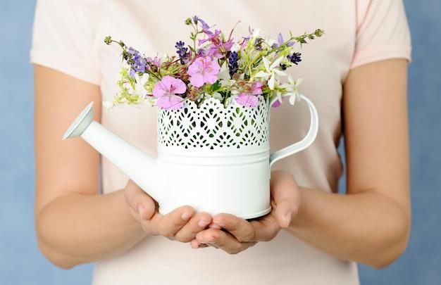小さな夏の花束を持つ女性の手