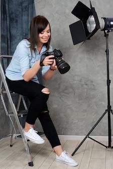 スタジオで働く陽気な写真家