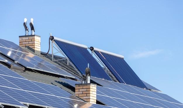 Солнечная электростанция на крыше коттеджа. источник возобновляемой энергии, концепция.