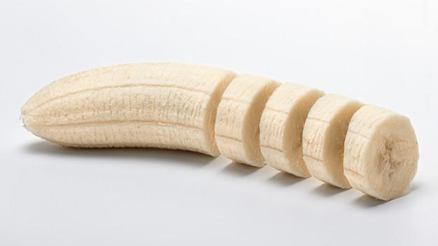 皮をむき、スライスしたバナナ