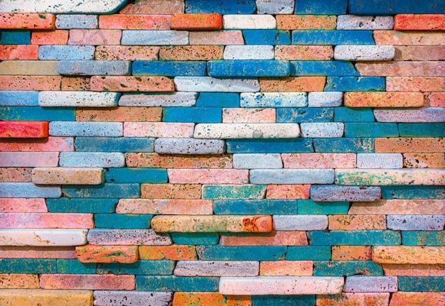 Стена украшена красным и синим фоном из песчаника