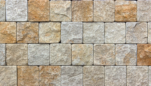 Желтая стена из натурального камня, декоративная экологичная плитка. фон или текстура.