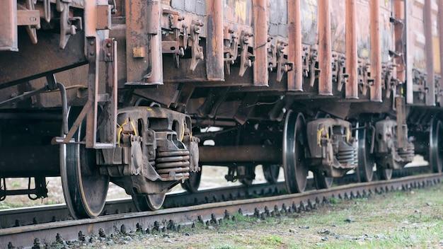 Старые ржавые вагоны на рейсах. вид сбоку, выборочный фокус.