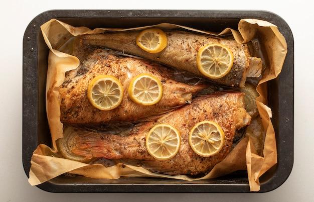 Запеченная рыба в выпечки на белом фоне.