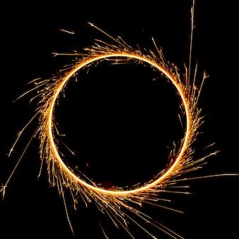 Красивый бенгальский огонь по кругу на черном