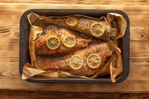 Запеченная рыба в форме для выпечки