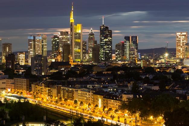 夜の都市フランクフルトアムマイン、ドイツ。