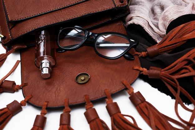 Модные женские аксессуары. сумочка с духами и шарфом