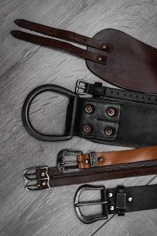 テーブルの上の革のベルト