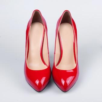 女性の赤いパテントレザーの靴