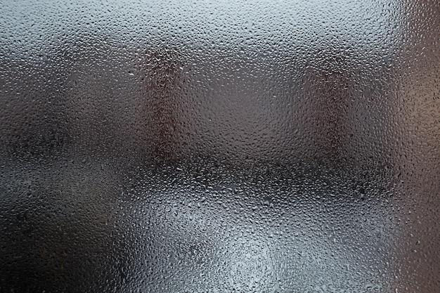 雨の滴と曇ったガラス