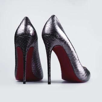 Серебряные туфли на высоком каблуке