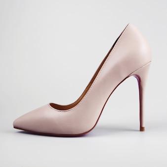 白地にピンクのハイヒールの女性靴