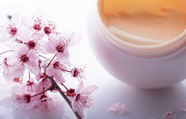 Крем для тела и лепестки цветов