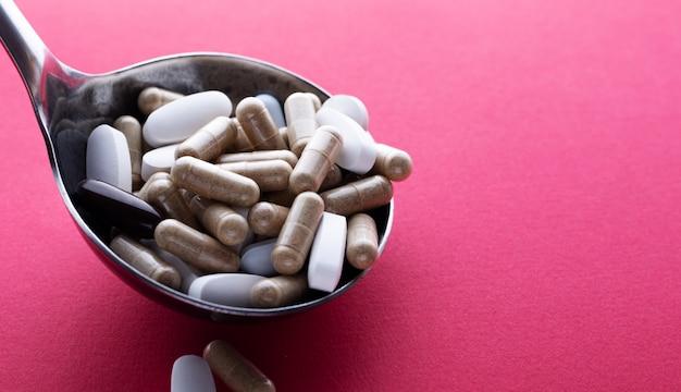 薬と一緒に大きなスプーン。テキスト用の空き容量