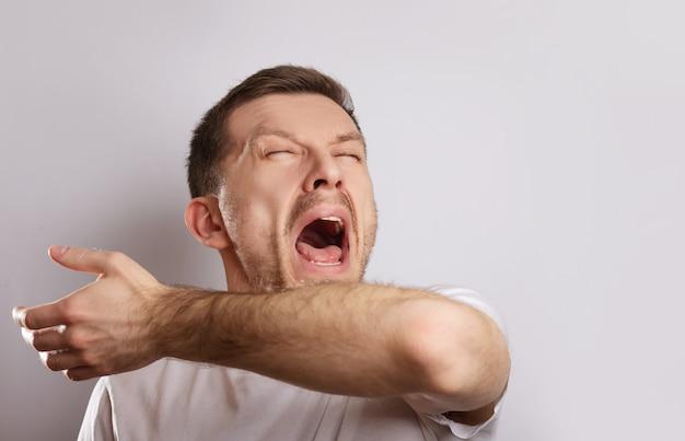 孤立した病気の男は鼻水があります。
