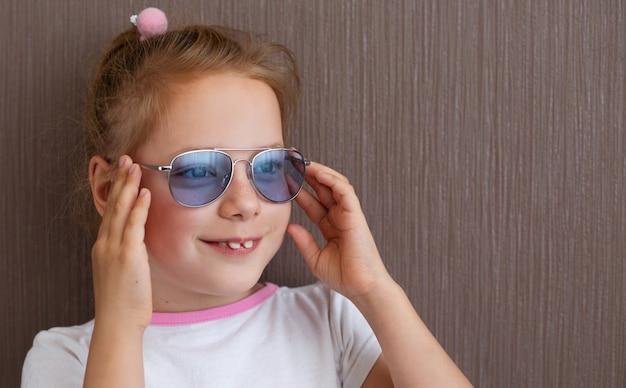 Мода милый ребенок девушка в солнечных очках