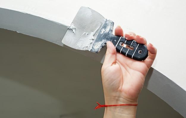 家の中で壁の左官ツールと労働者作業マニュアル