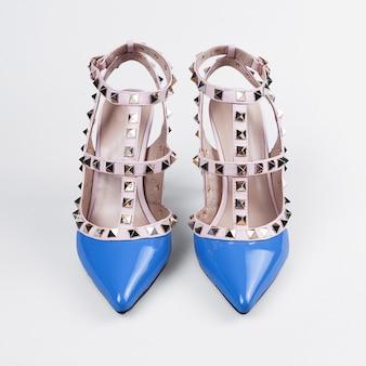 Женские синие туфли на высоком каблуке на белом фоне