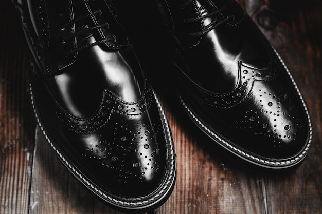 男性のファッション黒靴