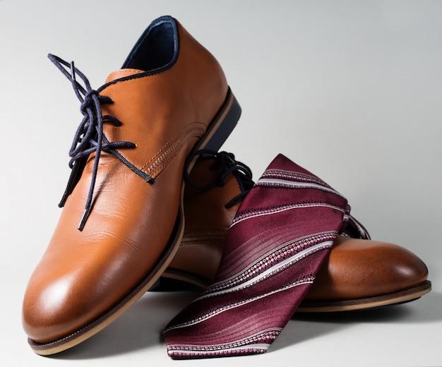 Мужские туфли с галстуком на сером