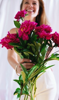 牡丹の花束を持って幸せな女の子