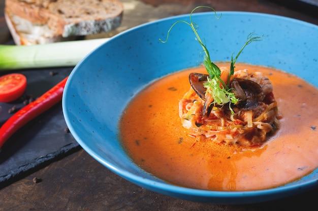 Французский рыбный суп буйабес с морепродуктами, филе лосося, креветками, богатым вкусом