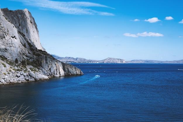 黒海とクリミアの山の風景