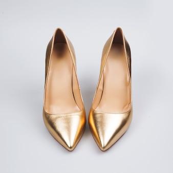 白の女性の金の靴
