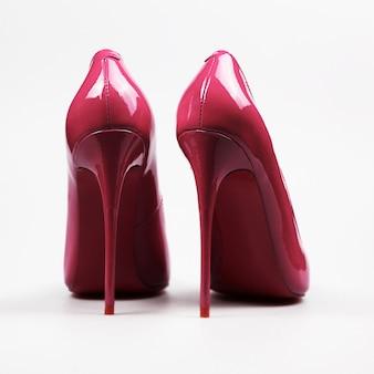 白い背景で隔離赤い靴