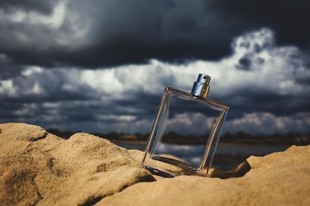 曇り空を背景に香水瓶