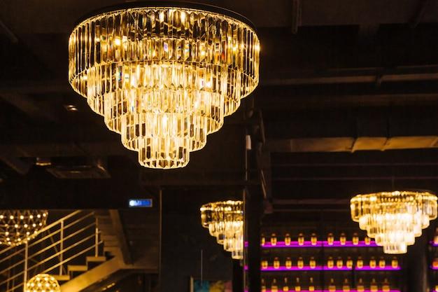 Роскошная люстра с хрустальными подвесками на потолке