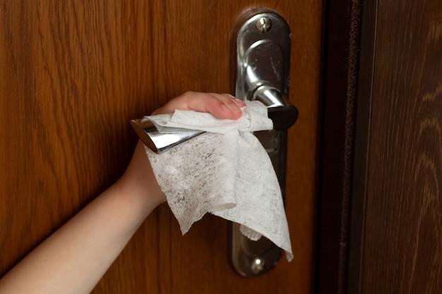Детская рука вытирает дверную ручку.