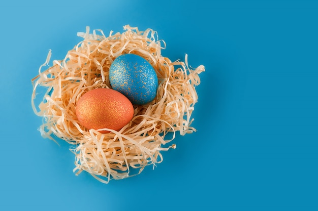 Пасхальные яйца окрашены в синий цвет с золотом и оранжевым золотом.