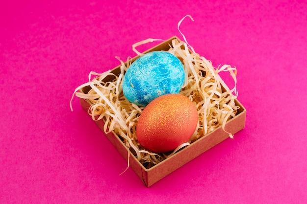 Пасхальное яйцо окрашено в синий с золотом и оранжевый с золотом.