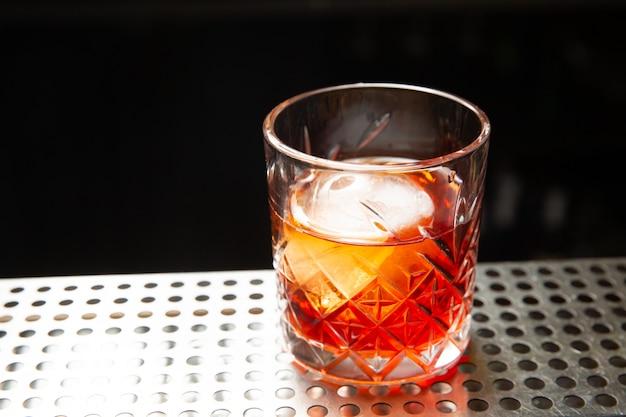 グラスにアイスボールを入れたウイスキー。