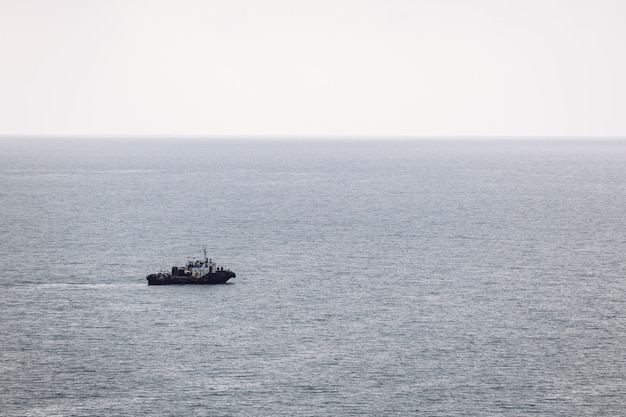 ボートは海の曇りの日に航行します